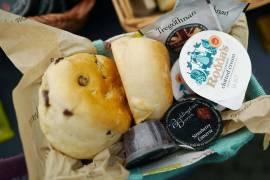 Cream Tea-sett med clotted Cream, syltetøy, scones og te.