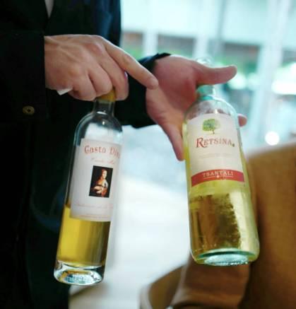 Her blandes to viner: Vino de Retsina Tsantali og Casta Diva'13 D.O. Alicante. Det er vågalt som fy!