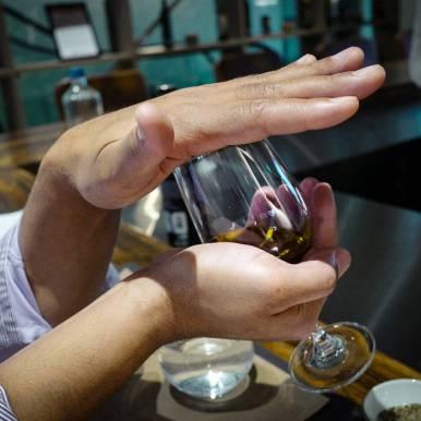 Oljen varmes opp med håndflaten for å frigjøre mest mulig lukt.