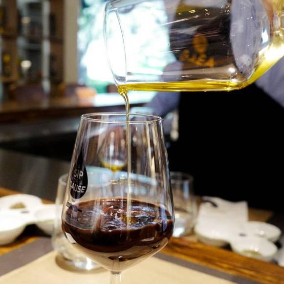 Olivenolje helt over sjokolademousse. Smaken blir rund og deilig.