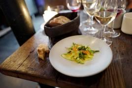 """Septime i Paris serverer også mange retter med fokus på grønnsaker. Denne retten består av squash, engsyresmør, sjøgress og ørretrogn. Sistenevnte ingrediens er en klassisk ingrediens for å få inn mer """"kjøttsmak"""" i en grønnsaksrett."""