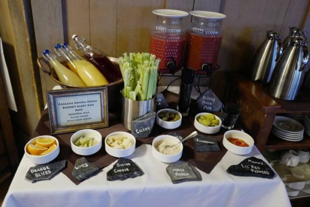 Frokostbuffeten inneholder en egn mimosa- og bloody mary-stasjon.