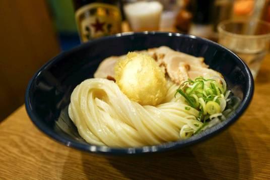 Kalde udon-nudler med mørt svinekjøtt og et perfekt tempuraegg med rennende kjerne