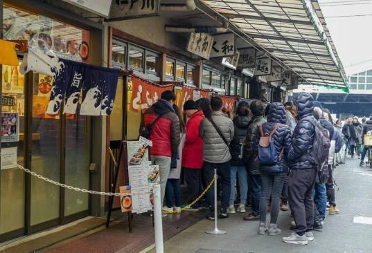 Køene foran de mest populære sushi-stedene på Tsukiji Fish Market.