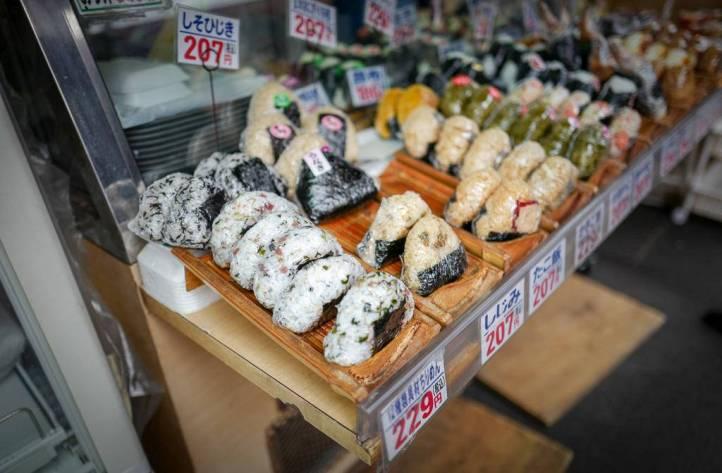 Disse rispakkene med tang rundt er vanlige snack for japanere. Mettende.