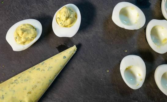 sprøyt fyllet i eggehvitene.