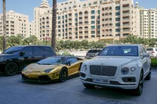 Selvsagt står det en bil lakert i gull utenfor hotellet.