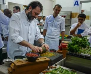 Ugo Alciati knuser krydder til paste.