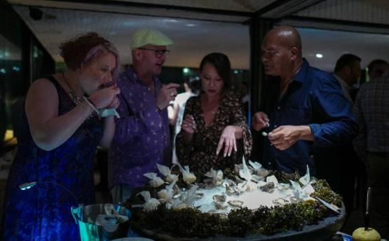 Ved østersbordet var det jaggu nesten ikke mulig å komme til:)