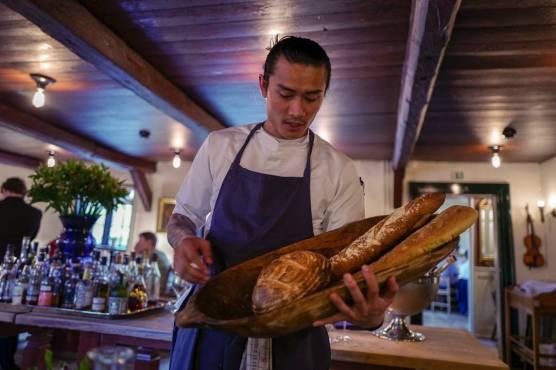 Og vi får brød. Nybakt sådan.