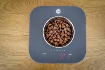 Du kan også bruke Wilfas elektroniske vekt til å måle opp korrekt mengde kaffe.