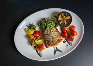 Fisk med chimichurri, grillet sitron og tomatsalat