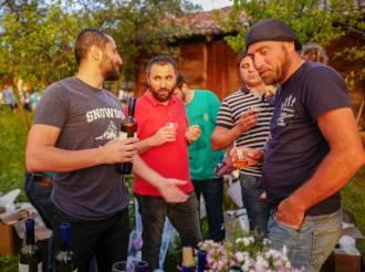 Vinbønder snakker seg imellom og nyter festivalen.