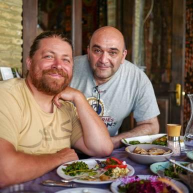 John og kokken. Det er kjøkkensjefGia Rokashvili som lager maten på Pheasant's Tears sin restaurtant. Den er moderne, men allikevel tradisjonell. Alt smaker fantastisk og det meste er vegetar.