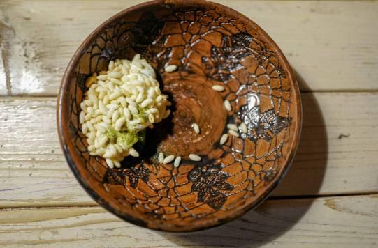 Moderne dolma med puffet ris, surkrem, ris, spinat og sitronte