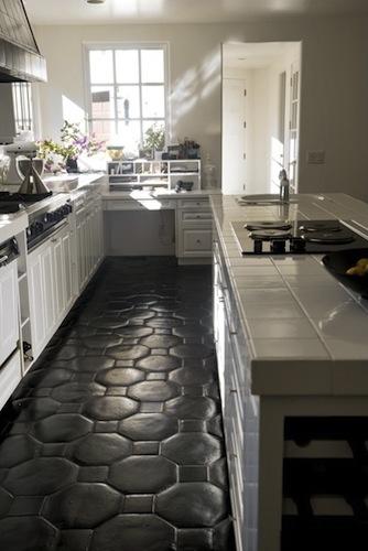comment camoufler et cacher un sol en carrelage. Black Bedroom Furniture Sets. Home Design Ideas