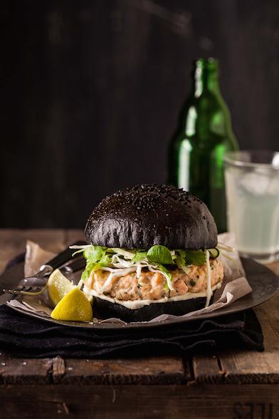 burger-saumon-pain-noir