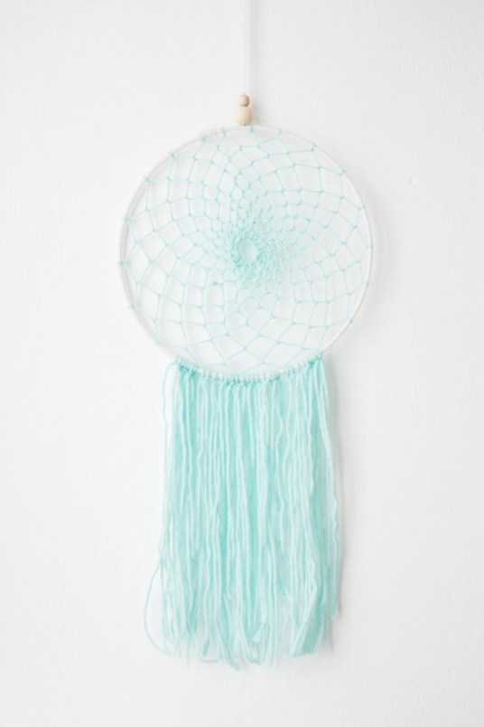Réaliser un dreamcatcher // Hëllø Blogzine blog deco & lifestyle www.hello-hello.fr #dreamcatcher #diy