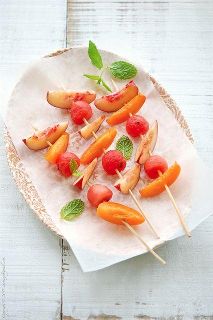 brochettes-abricot-peche-fraise-pasteque-menthe