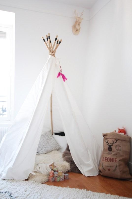 La chambre de Léonie. Déco chambre fille, romantique et vintage // Hëllø Blogzine blog deco & lifestyle www.hello-hello.fr #vintage #ampm #tipi #teepee
