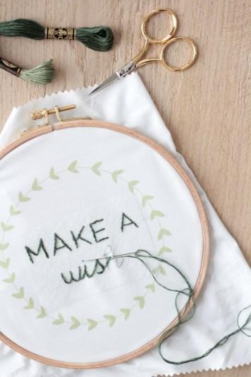 Broderie citation Hellø pour DMC // Hëllø Blogzine blog deco & lifestyle www.hello-hello.fr #broderie #embroidery #quote