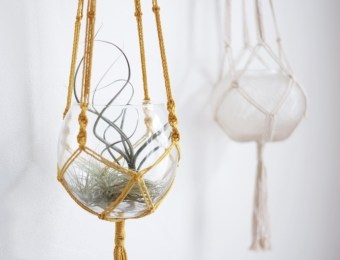 Vase suspendu en macramé jaune moutarde // Hëllø Blogzine blog deco & lifestyle www.hello-hello.fr #macrame #vase