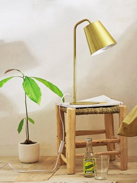 Un tabouret en bois brut en guise de table de nuit // Hëllø Blogzine blog deco & lifestyle www.hello-hello.fr