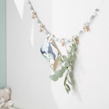 Guirlande perles de bois bleue et blanche. Collection Déco Monoprix Rentrée 2017 // Hëllø Blogzine blog deco & lifestyle www.hello-hello.fr