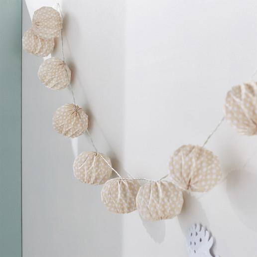 Guirlande lumineuse en origami. Collection Déco Monoprix Rentrée 2017 // Hëllø Blogzine blog deco & lifestyle www.hello-hello.fr