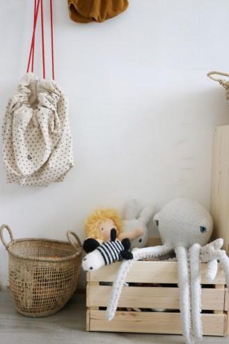 Déco chambre d'enfant rétro et nature. Pieuvre Big Stuffed // Hëllø Blogzine blog deco & lifestyle www.hello-hello.fr