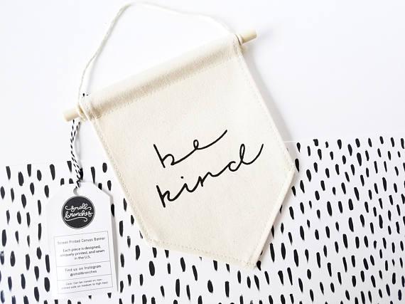 """Petit fanion en tissu """"Be Kind"""" Couverture en laine pour enfant // Hëllø Blogzine blog deco & lifestyle www.hello-hello.fr"""