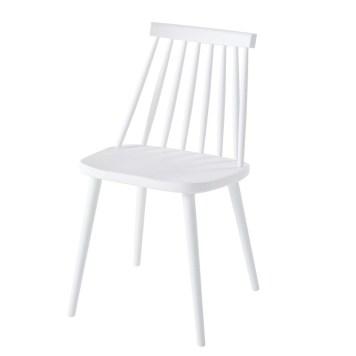 Une table et des chaises de jardin au look scandinave, en ...