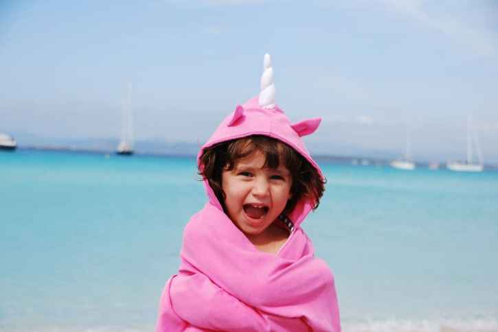 Girl-unicorn-pink-beach-spain-2