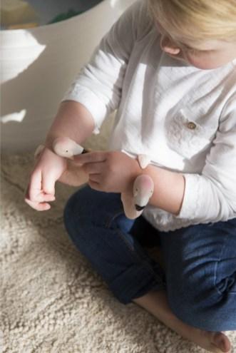 Jouets de bain et jouet de dentition écologique en hévéa Oli and Carol // Hellø Blogzine blog deco & lifestyle www.hello-hello.fr