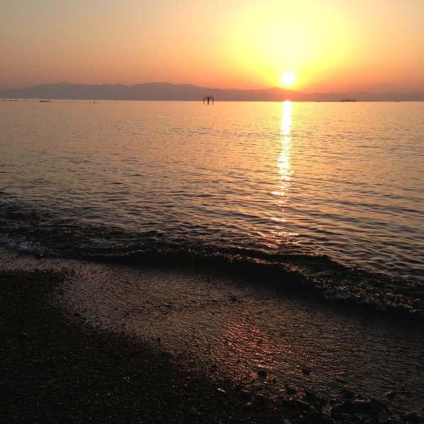 水面に写る夕日