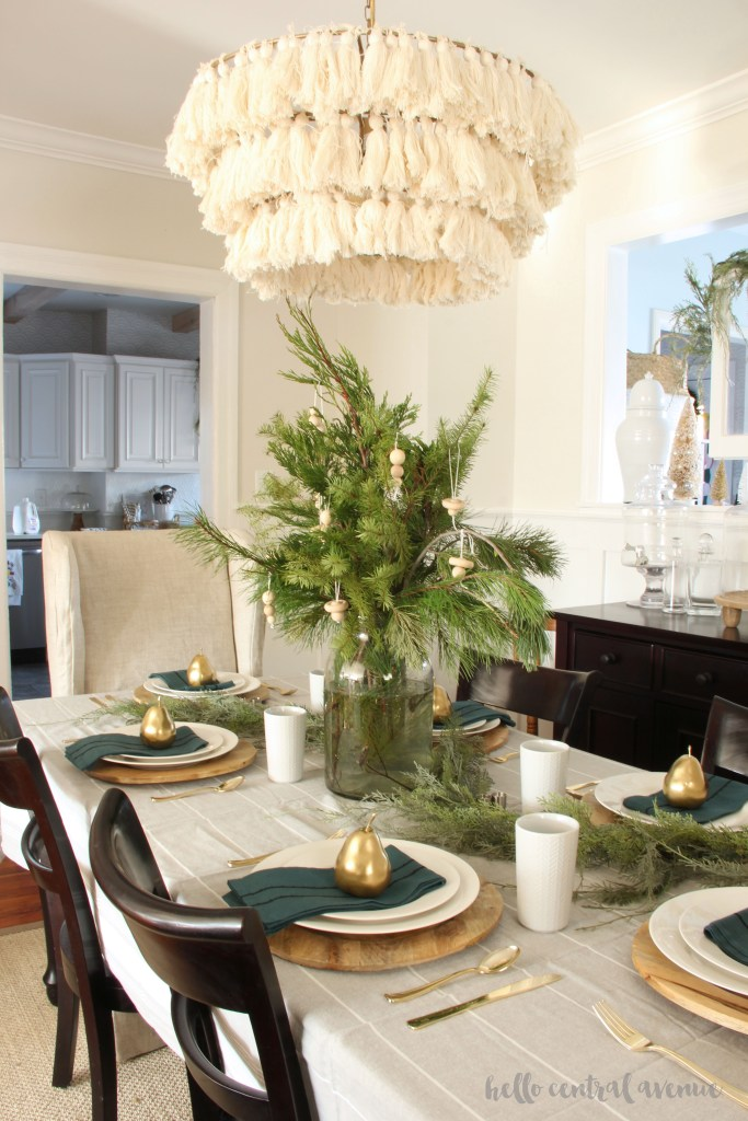 How to Create a Classic & Inexpensive Christmas Tablescape
