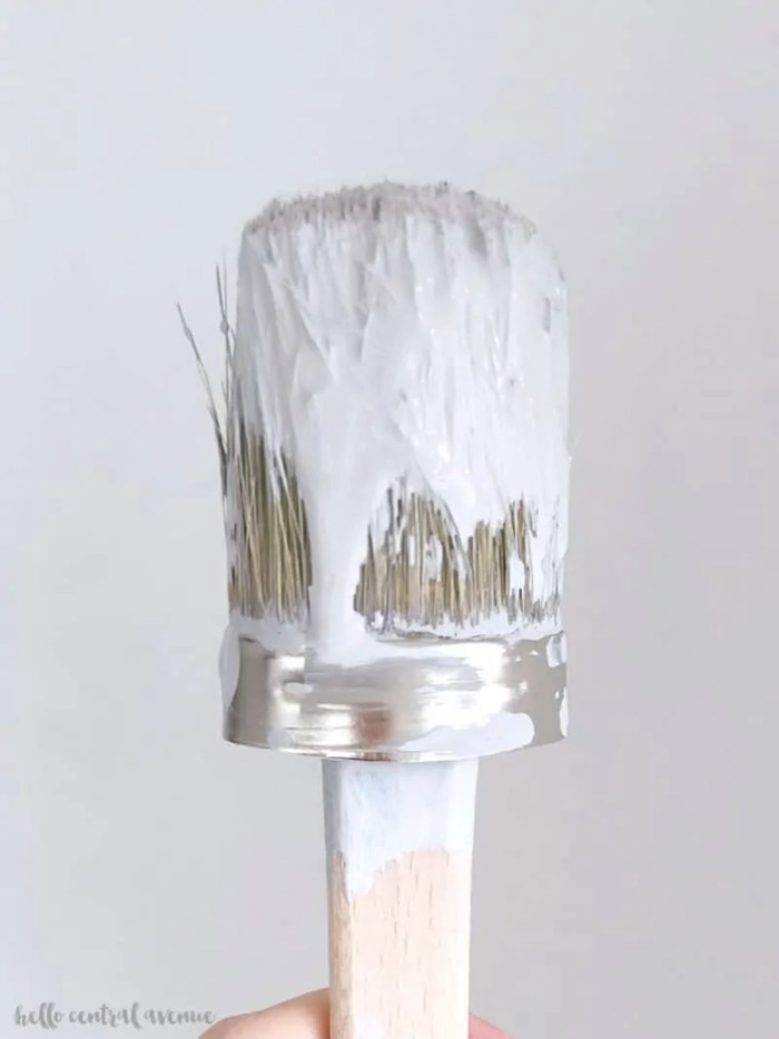 Easily and quickly paint a room following these tricks! Sprayer, roller, brush...no matter what you use, here's how to paint a room like a pro in no time!