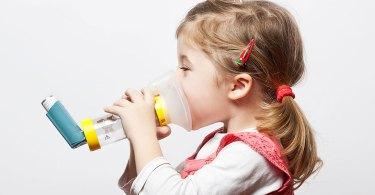 Atacurile de astm  constricta plamanii,  ce ulterior declanseaza criza de astm, cu clasicele simptome de dificultate in a respira, respiratie suieratoare etc