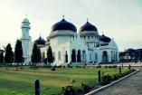 Masjid Baiturrahman; halaman tempat mengungsinya korban tsunami.