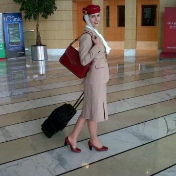 Egyenruhában az Emirates légiutas kísérőjeként