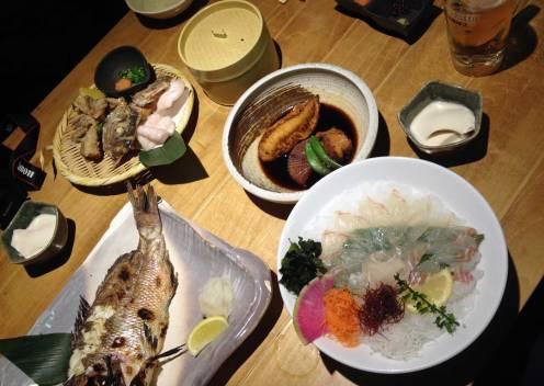 Japanisches Essen besteht oft aus frischem Fisch.