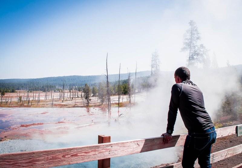 contempler les bassins colorés de Yellowstone