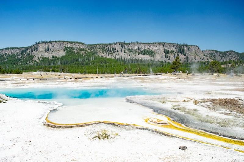 bassins géothermiques bleu et jaune dans le parc de yellowstone