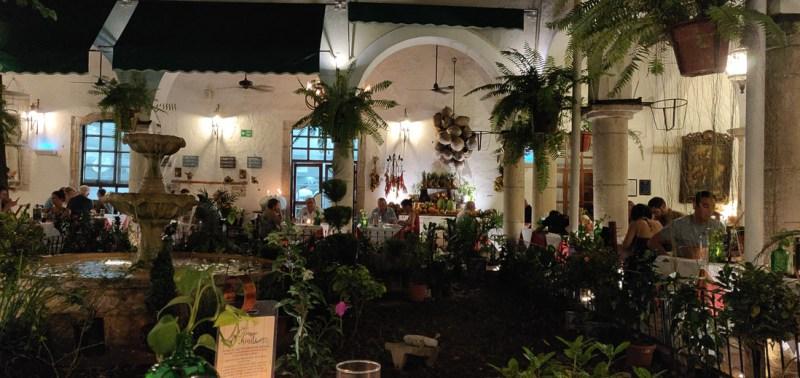 patio central au restaurant el meson Del marques