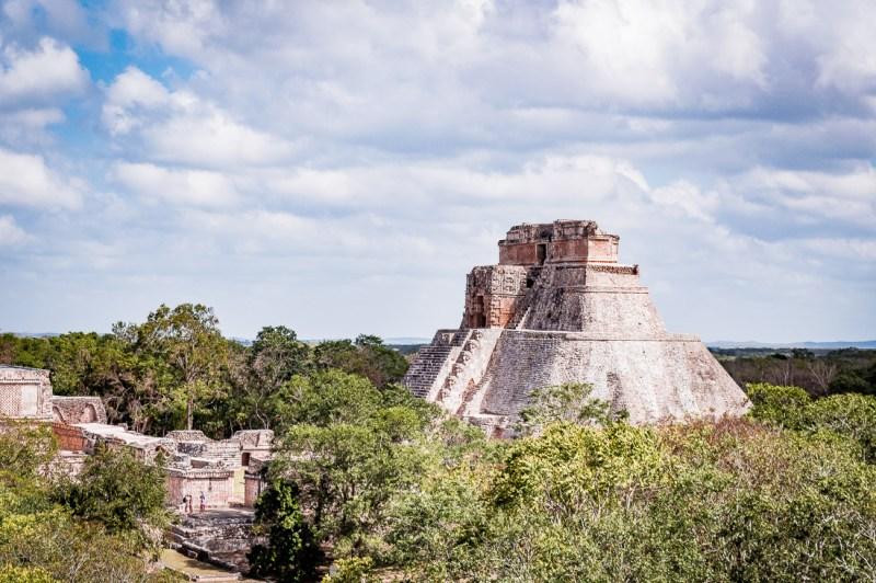 pyramide d'Uxmal dans la jungle