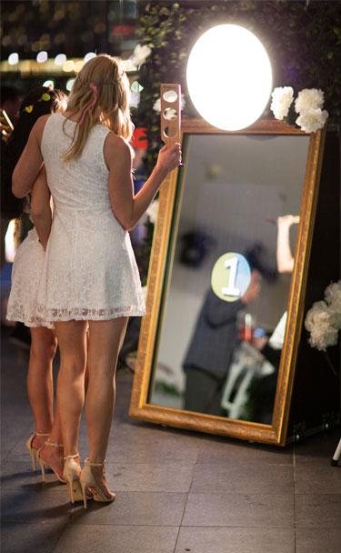 girls-wedding-photo-booth