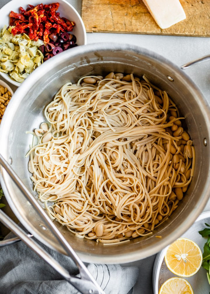 Mediterranean Pasta with White Beans and Arugula | HelloVeggie.co #vegetarian #pasta