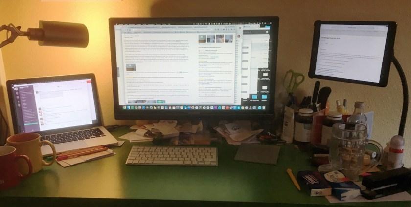 iPad Schwanenhals an meinem Schreibtisch