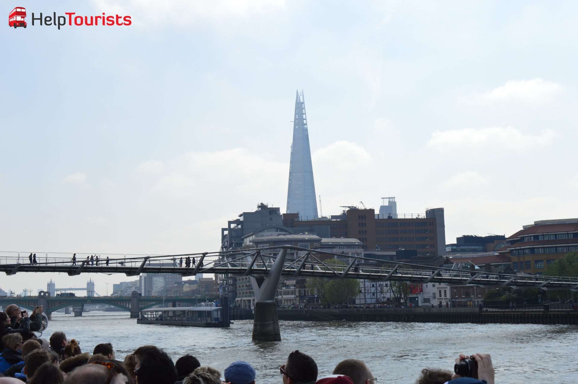 London Millennium Bridge und Wolkenkratzer