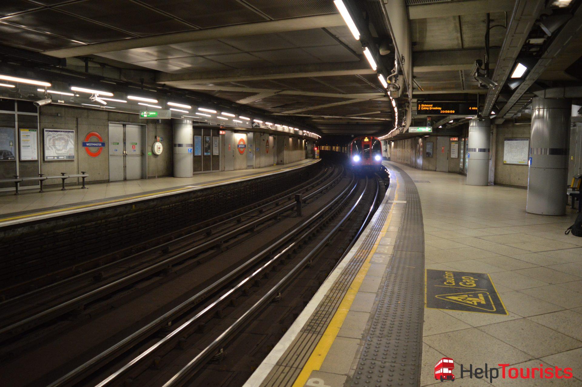 London Underground einfahrende Bahn